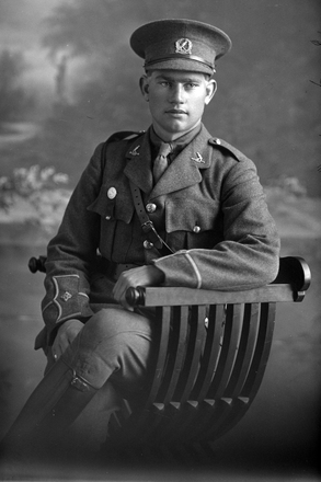 3/4 portrait of Lieutenant A L Bell of the 4th (Waikato) Mounted Rifles, Auckland Mounted Rifles, New Zealand Mounted Rifles. (Photographer: Herman Schmidt, 1916). Sir George Grey Special Collections, Auckland Libraries, 31-B1446. No known copyright.