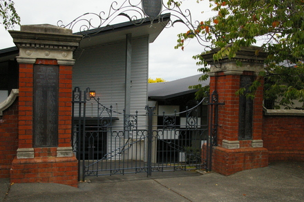 Remuera Primary School World War One Gates, 25 Dromorne Road, Remuera Auckland 1050. Image provided by John Halpin 2012,  CC BY John Halpin 2012