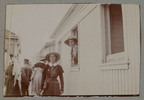 """Unknown, photographer (1915-1916). """"Sis. Nutsey and Butler find N.Z"""". [Agnes (Peggy) Williams photograph album]. Auckland War Memorial Museum - Tāmaki Paenga Hira PH-2017-2-2-p28-4. No known copyright restrictions."""