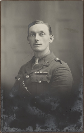 Portrait of Lieutenant Raymond Curtis, Archives New Zealand, AALZ 25044 3 / F1328 63. Image is subject to copyright restrictions.