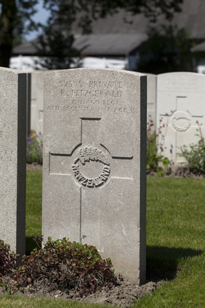 Headstone of Private Robert Fitzgerald (52595). Lijssenthoek Military Cemetery, Poperinge, West-Vlaanderen, Belgium. New Zealand War Graves Trust (BECL9924). CC BY-NC-ND 4.0.