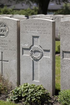 Headstone of Rifleman David Louis Hampton (39047). Lijssenthoek Military Cemetery, Poperinge, West-Vlaanderen, Belgium. New Zealand War Graves Trust (BECL9814). CC BY-NC-ND 4.0.