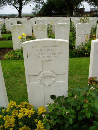 Gravestone at Messines Ridge British Cemetery provided by Paul Hickford 2011 - No known copyright restrictions