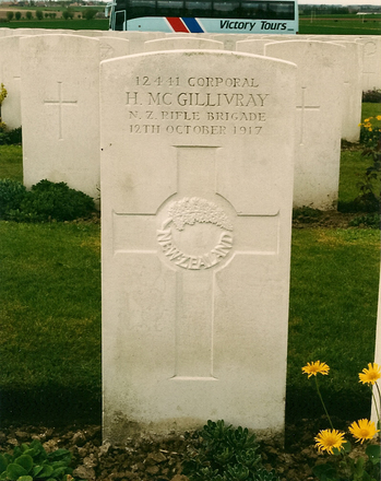 Headstone, Tyne Cot Cemetery (2006 ) - No known copyright restrictions