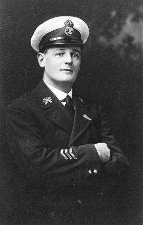 Portrait, ABX 0117 CMM Grigg, also wearing fern leaf lapel badge, kindly provided by the Navy Museum (Copyright © Royal New Zealand Navy Museum. Photo number ABX 0117 CMM Grigg. All enquiries for use: https://forms.nzdf.mil.nz/navy/museum/contactform.asp )
