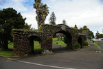 View from Quadrant Road, Onehunga Arch of Remembrance, Jellicoe Park (off Quadrant Road), Park Gardens, Onehunga, Auckland, New Zealand (photo John Halpin, March 2012) - CC BY John Halpin