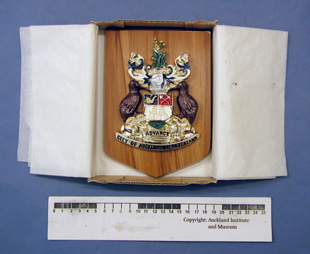 plaque: coat of arms: Auckland City Centennial 1871-1971 [2003x2.25] in container