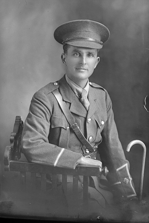 3/4 portrait of Lieutenant (later Captain) Eric Spencer Bayley, Reg No 3/2990. (Photographer: Herman Schmidt, 1917). Sir George Grey Special Collections, Auckland Libraries, 31-B3547. No known copyright.