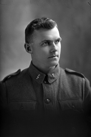 1/4 portrait of Trooper Albert Hugh Delaney, Reg No 11/1789, 7th Reinforcements, Wellington Mounted Rifles. (Photographer: Herman Schmidt, 1915). Sir George Grey Special Collections, Auckland Libraries, 31-D383. No known copyright.