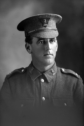 1/4 portrait of Rifleman Leonard Morton Hartley Cheriton, Reg No 26/531, of the New Zealand Rifle Brigade, 4th Battalion, D Company. (Photographer: Herman Schmidt, 1916). Sir George Grey Special Collections, Auckland Libraries, 31-C1509. No known copyright.