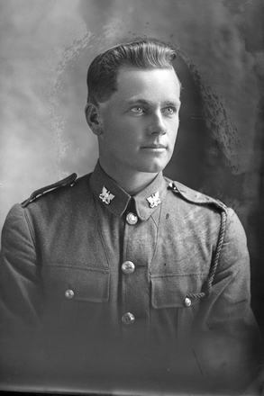 1/4 portrait of Trooper Hugh Alexander Darrach of the 3rd (Auckland) Mounted Rifles, Auckland Mounted Rifles, New Zealand Mounted Rifles, 37th Reinforcements. (Photographer: Herman Schmidt, 1918). Sir George Grey Special Collections, Auckland Libraries, 31-D4159. No known copyright.