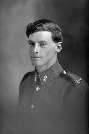1/4 portrait of Sapper Robert Reginald Hollinger, Reg No 4/1934, of the New Zealand Engineers. (Photographer: Herman Schmidt, 1916). Sir George Grey Special Collections, Auckland Libraries, 31-H624. No known copyright.