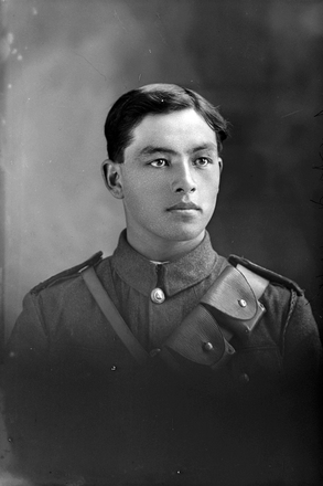 1/4 portrait of Private A P Singe. (Photographer: Herman Schmidt, 1916). Sir George Grey Special Collections, Auckland Libraries, 31-S1054. No known copyright.