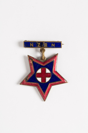 badge, nursing, 2001.25.894, Photographed by Andrew Hales, digital, 29 Jul 2016, © Auckland Museum CC BY