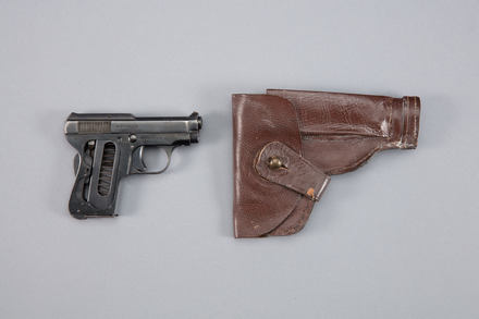 pistol, automatic, 1983.119, A7099, 454283, Photographed by Richard NG, digital, 17 Jan 2017, © Auckland Museum CC BY