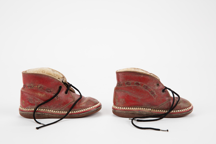 shoes, 1999.107.131, Photographed by Andrew Hales, digital, 24 Jul 2017, © Auckland Museum CC BY