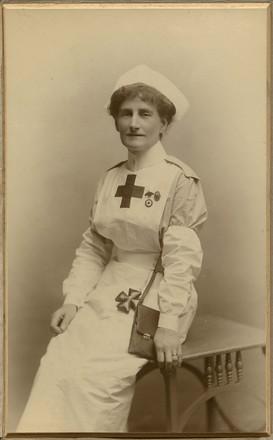 Harriet Simeon. (ca. 1915). [Portrait of Harriet Simeon in VAD uniform]. Auckland War Memorial Museum Tamaki Paenga Hira. PH-1987-2-2. Image has no known copyright restrictions.