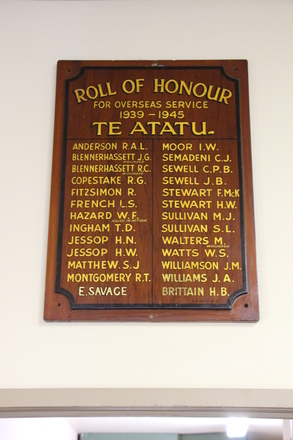 Te Atatu Roll of Honour for overseas service 1939-1945. Te Atatu Returned Services Association, 1 Harbour View Road, Te Atatu Peninsula. Image provided by John Halpin 2017, CC BY John Halpin 2017