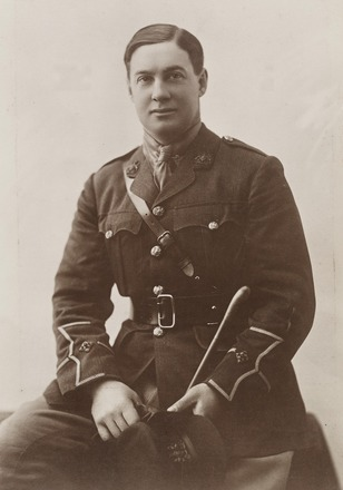 Portrait of Lieutenant Geoffrey Gordon Rich, Archives New Zealand, AALZ 25044 6 / F920 48. Image is subject to copyright restrictions.