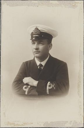 Portrait of Flight Lieutenant Elliot Millar King, Archives New Zealand, AALZ 25044 1 / F778 27. Image is subject to copyright restrictions.