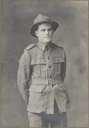 Portrait of Private Cecil Renner, Archives New Zealand, AALZ 25044 1 / F617 6. Image is subject to copyright restrictions.
