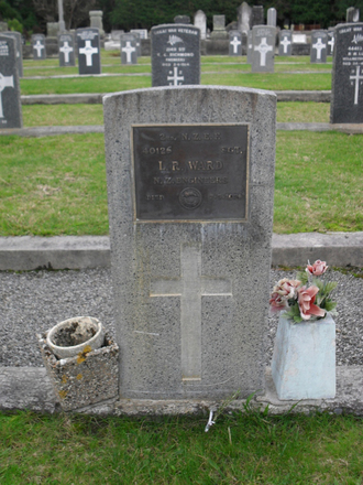 Grave of LR Ward (40126), Featherston Cemetery, Carterton. Image kindly provided by Sam Hodder (2013). Image has no known copyright restrictions.