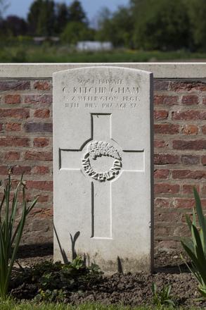 Headstone of Private Charles Kitchingham (36984). Motor Car Corner Cemetery, Comines-Warneton, Hainaut, Belgium. New Zealand War Graves Trust (BECW8751). CC BY-NC-ND 4.0.