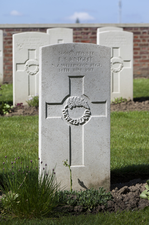 Headstone of Private Edgar Shannon Knight (36985). Motor Car Corner Cemetery, Comines-Warneton, Hainaut, Belgium. New Zealand War Graves Trust (BECW8824). CC BY-NC-ND 4.0.