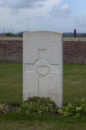 Headstone of Lieutenant William Morton Arcus (4/520). Divisional Cemetery, Ieper, West-Vlaanderen, Belgium. New Zealand War Graves Trust (BEAZ1050). CC BY-NC-ND 4.0.