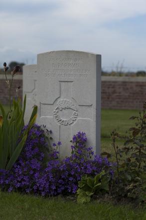 Headstone of Corporal Leslie Parkyn (2/545). Divisional Cemetery, Ieper, West-Vlaanderen, Belgium. New Zealand War Graves Trust (BEAZ1102). CC BY-NC-ND 4.0.