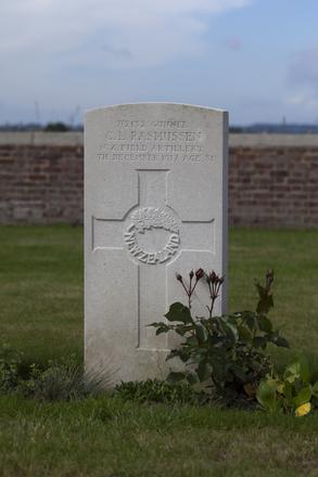 Headstone of Gunner Christen Lauritz Rasmussen (7/2132). Divisional Cemetery, Ieper, West-Vlaanderen, Belgium. New Zealand War Graves Trust (BEAZ1055). CC BY-NC-ND 4.0.