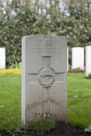 Headstone of Private Peter Luke (16/807). Berks Cemetery Extension, Comines-Warneton, Hainaut, Belgium. New Zealand War Graves Trust (BEAK7052). CC BY-NC-ND 4.0.