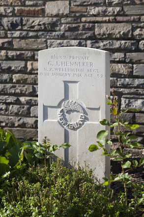 Headstone of Private George James Henneker (1/037). Menin Road South Military Cemetery, Ieper, West-Vlaanderen, Belgium. New Zealand War Graves Trust (BECR0827). CC BY-NC-ND 4.0.