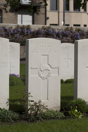 Headstone of Private Ernest Holmes (56147). Ypres Reservoir Cemetery, Ieper, Belgium. New Zealand War Graves Trust (BEEZ7994). CC BY-NC-ND 4.0.