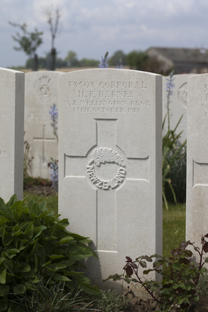 Headstone of Corporal Harry Frederick Barnes (33503). Nine Elms British Cemetery, Poperinge, West-Vlaanderen, Belgium. New Zealand War Graves Trust (BEDA9507). CC BY-NC-ND 4.0.