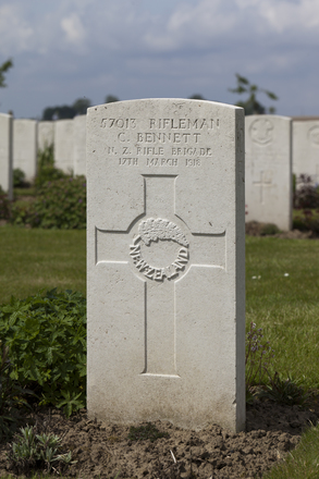 Headstone of Rifleman Charles Bennett (57013). Nine Elms British Cemetery, Poperinge, West-Vlaanderen, Belgium. New Zealand War Graves Trust (BEDA9537). CC BY-NC-ND 4.0.