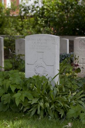 Headstone of Second Lieutenant Stanley Ernest Donne (33100). Poperinghe New Military Cemetery, Poperinge, West-Vlaanderen, Belgium. New Zealand War Graves Trust (BEDL0297). CC BY-NC-ND 4.0.
