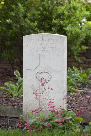 Headstone of Sapper James Horace Martin (4/1973). Poperinghe New Military Cemetery, Poperinge, West-Vlaanderen, Belgium. New Zealand War Graves Trust (BEDL0299). CC BY-NC-ND 4.0.