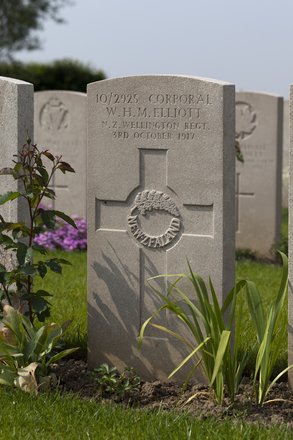 Headstone of Corporal William Herbert Malcolm Elliott (10/2925). Brandhoek New Military Cemetery No 3, Vlamertinge, Ieper, West-Vlaanderen, Belgium. New Zealand War Graves Trust (BEAN0173). CC BY-NC-ND 4.0.