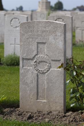 Headstone of Lance Corporal James Henry Johnston (9/1187). Brandhoek New Military Cemetery No 3, Vlamertinge, Ieper, West-Vlaanderen, Belgium. New Zealand War Graves Trust (BEAN0183). CC BY-NC-ND 4.0.