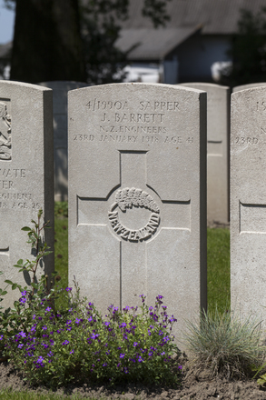 Headstone of Sapper Jabez Barrett (4/19902). Lijssenthoek Military Cemetery, Poperinge, West-Vlaanderen, Belgium. New Zealand War Graves Trust (BECL9985). CC BY-NC-ND 4.0.
