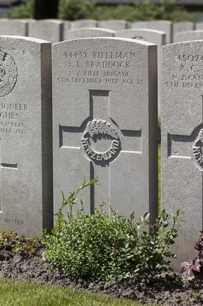 Headstone of Rifleman Jack Langley Braddock (44439). Lijssenthoek Military Cemetery, Poperinge, West-Vlaanderen, Belgium. New Zealand War Graves Trust (BECL9816). CC BY-NC-ND 4.0.