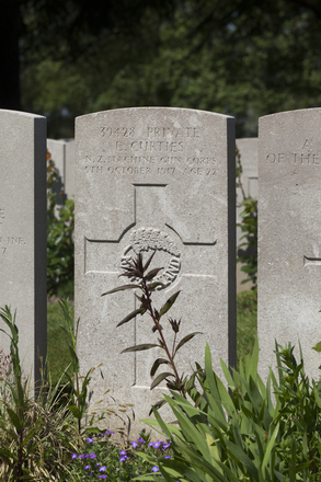 Headstone of Private Erick Curties (39428). Lijssenthoek Military Cemetery, Poperinge, West-Vlaanderen, Belgium. New Zealand War Graves Trust (BECL9716). CC BY-NC-ND 4.0.
