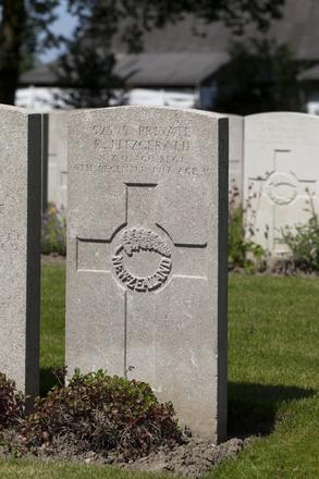 Headstone of Private Robert Fitzgerald (52595). Lijssenthoek Military Cemetery, Poperinge, West-Vlaanderen, Belgium. New Zealand War Graves Trust (BECL9924). CC BY-NC-ND 4.0.