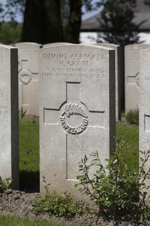 Headstone of Corporal William Grant (12/3030). Lijssenthoek Military Cemetery, Poperinge, West-Vlaanderen, Belgium. New Zealand War Graves Trust (BECL9987). CC BY-NC-ND 4.0.