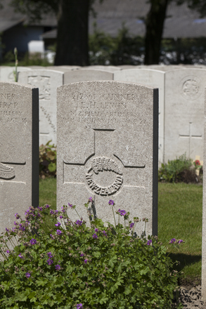 Headstone of Gunner Ernest Herbert Lewin (2/2861). Lijssenthoek Military Cemetery, Poperinge, West-Vlaanderen, Belgium. New Zealand War Graves Trust (BECL9859). CC BY-NC-ND 4.0.