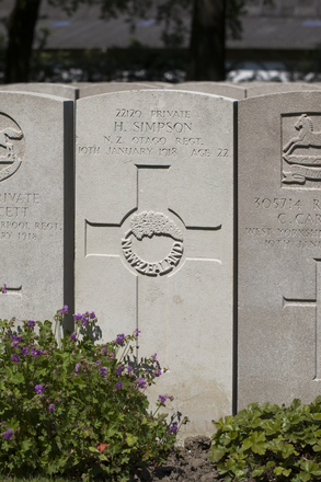 Headstone of Private Herbert Simpson (22120). Lijssenthoek Military Cemetery, Poperinge, West-Vlaanderen, Belgium. New Zealand War Graves Trust (BECL9855). CC BY-NC-ND 4.0.