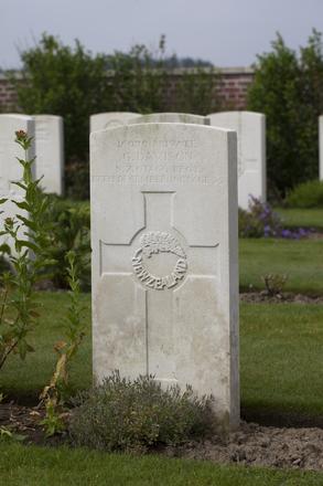 Headstone of Private George Davison (16079). The Huts Cemetery, Ieper, West-Vlaanderen, Belgium. New Zealand War Graves Trust (BEEE1370). CC BY-NC-ND 4.0.