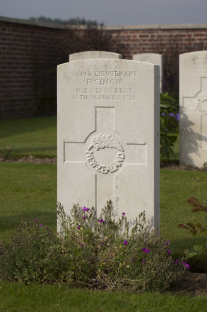 Headstone of Lieutenant Frank Simon (66142). The Huts Cemetery, Ieper, West-Vlaanderen, Belgium. New Zealand War Graves Trust (BEEE1367). CC BY-NC-ND 4.0.