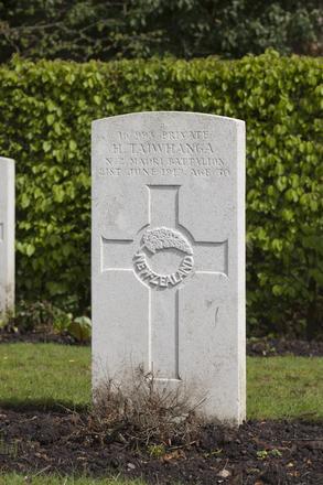 Headstone of Private Hirini Taiwhanga (16/993). Strand Military Cemetery, Comines-Warneton, Hainaut, Belgium. New Zealand War Graves Trust (BEEB7241). CC BY-NC-ND 4.0.